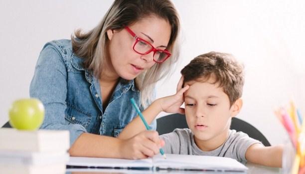 Ibu bantu anak belajar